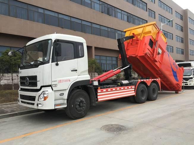 大型勾臂垃圾车